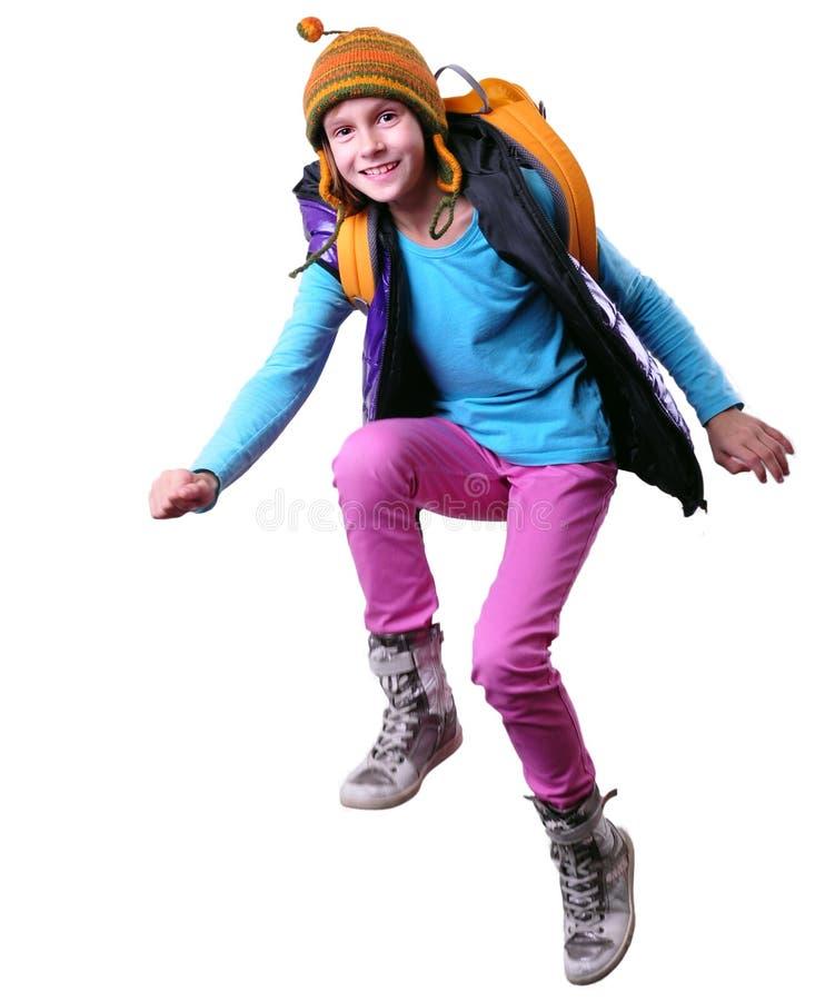 Colegiala o viajero feliz que ejercita, corriendo y saltando imagen de archivo