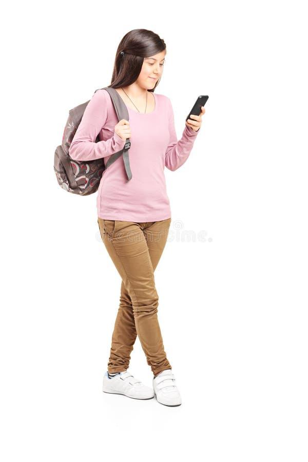 Colegiala que mira su teléfono celular imágenes de archivo libres de regalías