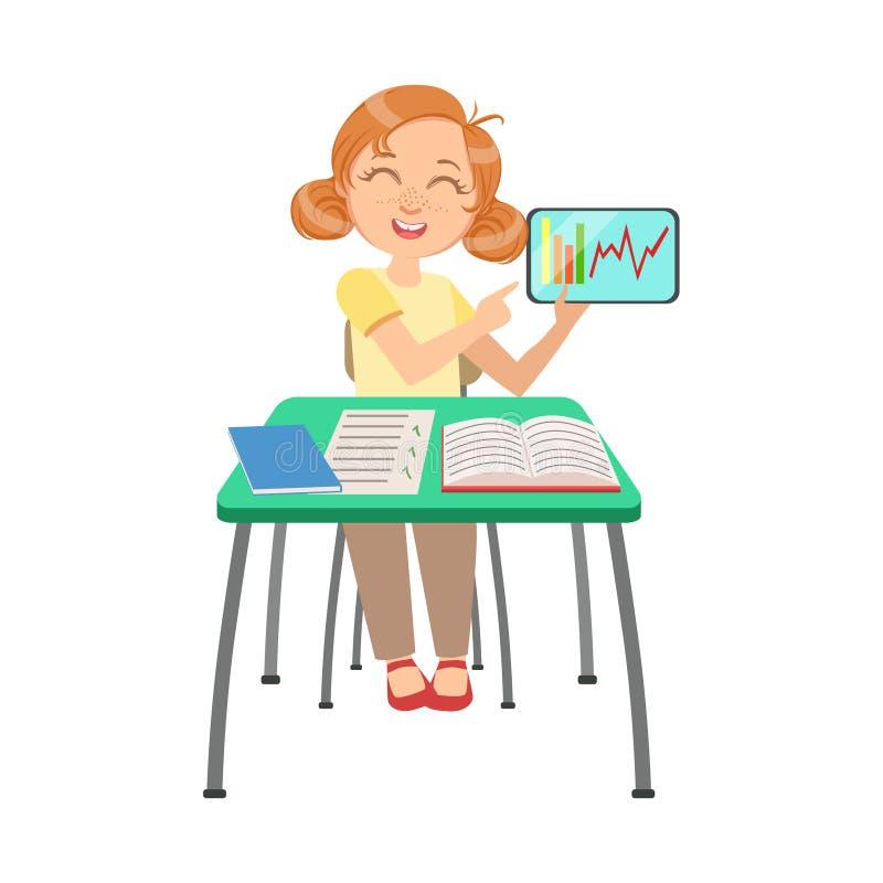 Colegiala que se sienta detrás del escritorio en la clase de escuela que muestra la carta en la pantalla del ejemplo de la tablet libre illustration