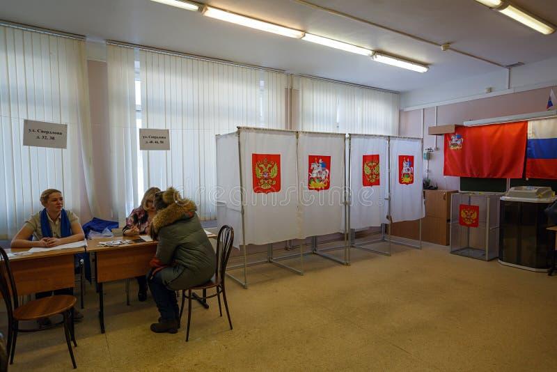 Colegio electoral en una escuela usada para las elecciones presidenciales rusas el 18 de marzo de 2018 Ciudad de Balashikha, regi fotos de archivo