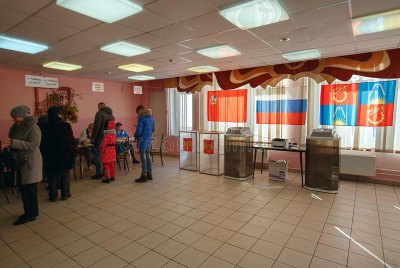 Colegio electoral en una escuela usada para las elecciones presidenciales rusas el 18 de marzo de 2018 Ciudad de Balashikha, regi fotografía de archivo