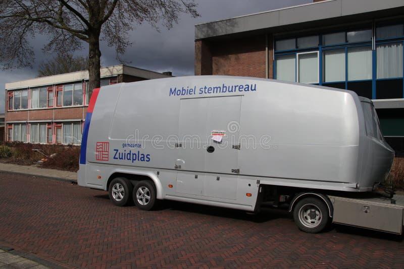 Colegio electoral móvil usado en el municipio de Zuidplas en los Países Bajos para parar en la casa residente de personas mayores fotografía de archivo