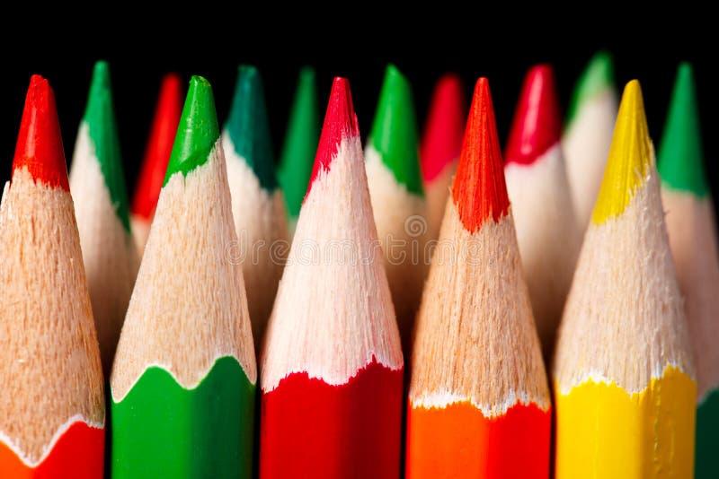 Colered蜡笔,反对黑暗的背景的铅笔宏观射击 库存照片