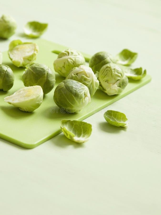 Coles de Bruselas frescas en tabla de cortar verde optimista foto de archivo libre de regalías