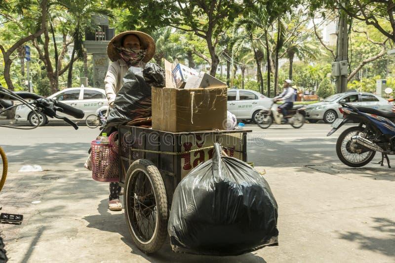 Coletor de lixo na rua em Ho Chi Minh em Vietname imagem de stock