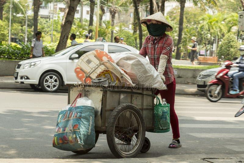 Coletor de lixo na rua em Vietname fotos de stock