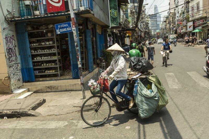 Coletor de lixo na rua em Vietname fotografia de stock