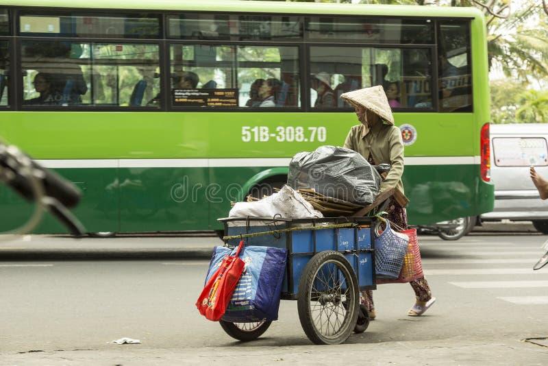Coletor de lixo na rua em Vietname imagem de stock