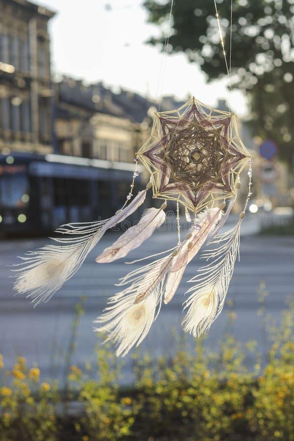 Coletor feito a mão do sonho do olho do ` s do deus da mandala com repto branco do pavão fotografia de stock royalty free
