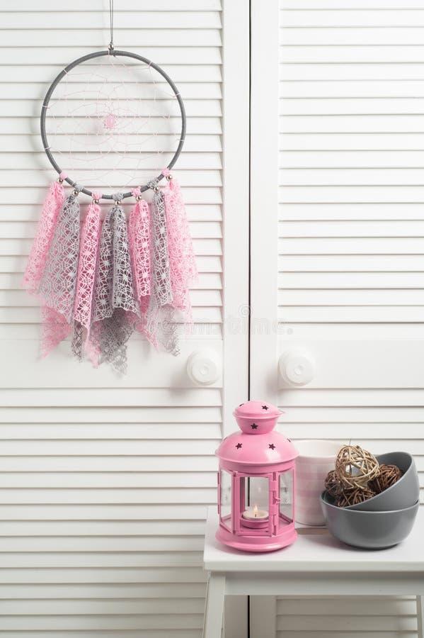 Coletor ideal bege cor-de-rosa com doilies feitos crochê fotografia de stock royalty free