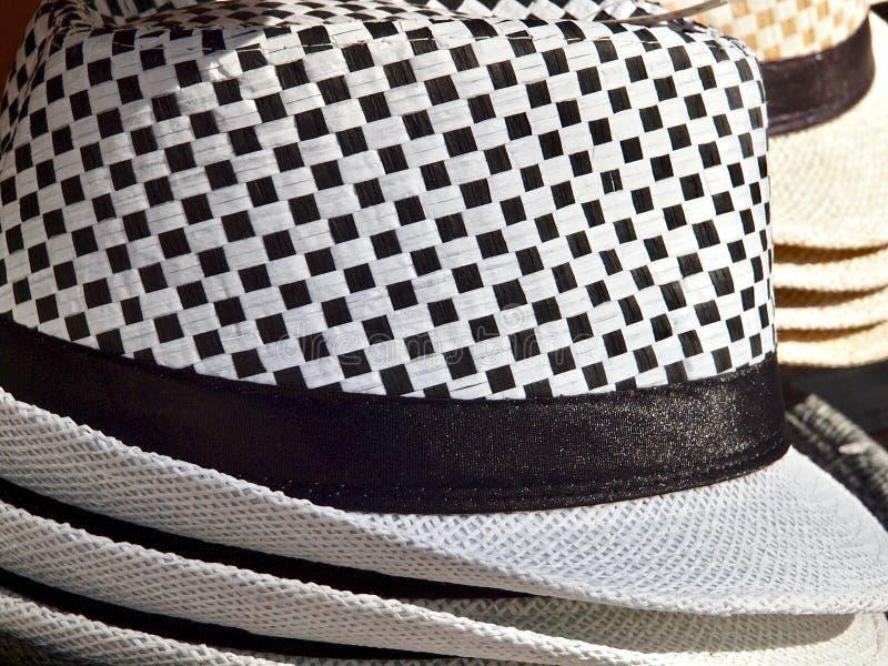 Coleup d'un chapeau à carreaux noir et blanc images libres de droits