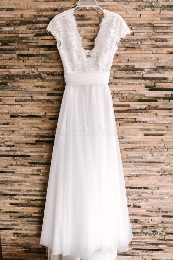 Colgante blanco elegante del vestido que se casa imagenes de archivo