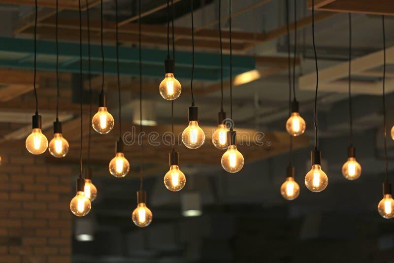 Colgante de las bombillas del vintage que brilla intensamente Bombillas del estilo antiguo decorativo fotos de archivo libres de regalías