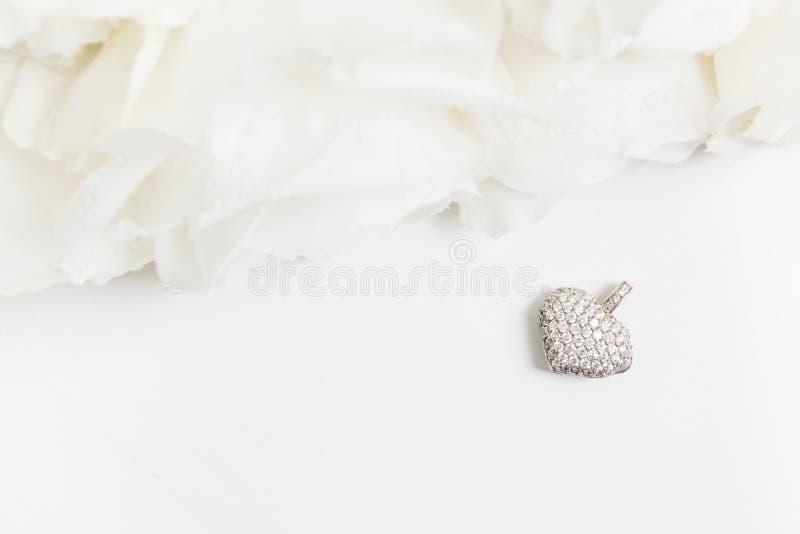 Colgante de oro blanco con los diamantes y el ramo de rosas blancas con el espacio de la copia Endecha plana Visi?n superior Maqu imagen de archivo libre de regalías