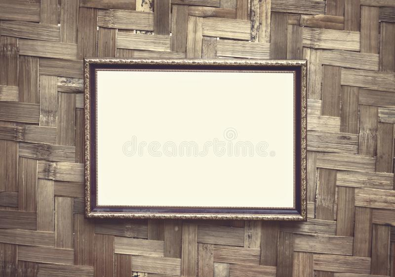 Colgante decorativo negro de acero del marco en el fondo tejido de madera de la pared fotografía de archivo