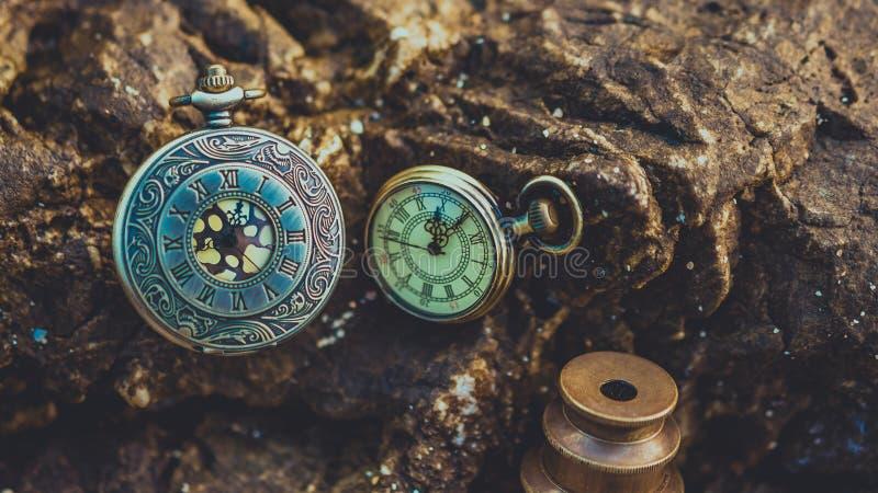 Colgante del reloj del vintage en piedra foto de archivo