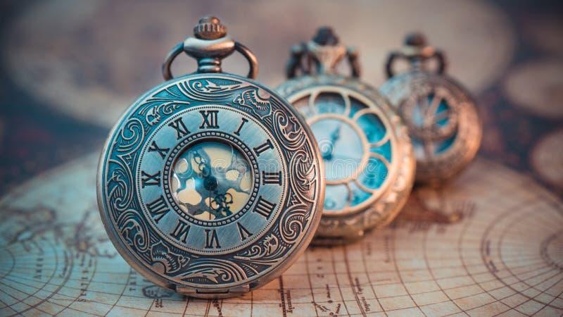 Colgante grabado vintage del reloj del metal fotos de archivo