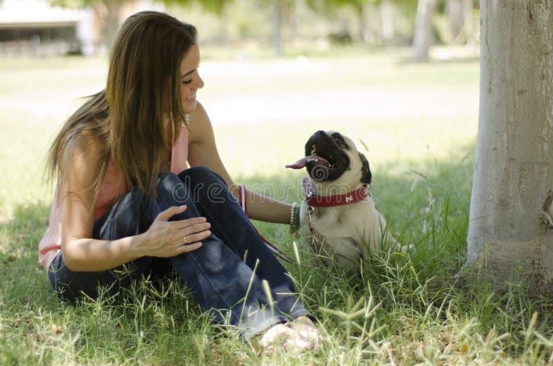 Colgante hacia fuera en el parque con mi perro foto de archivo