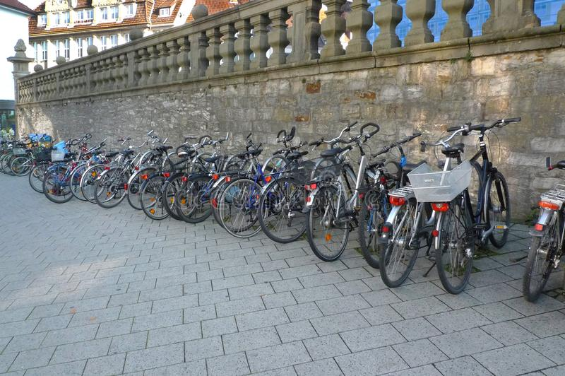 Colgante hacia fuera en un estacionamiento de la bicicleta fotos de archivo