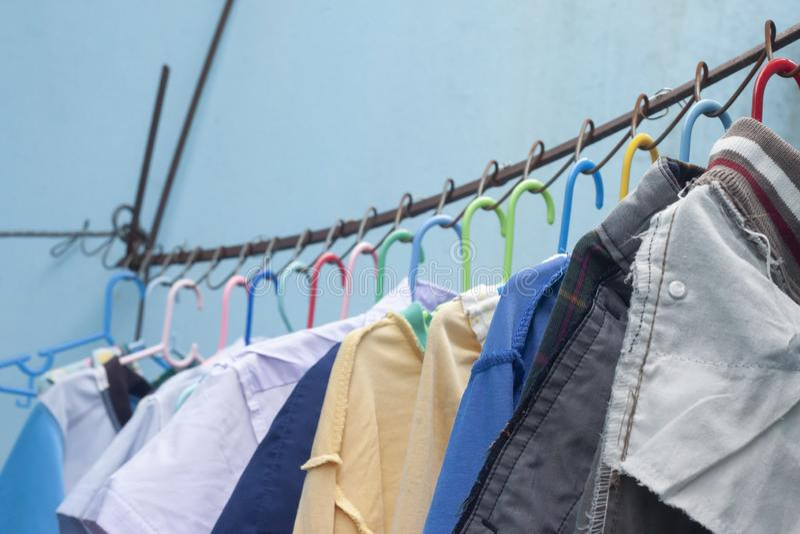 Colgante limpio de la ropa seco en el sol imagen de archivo libre de regalías
