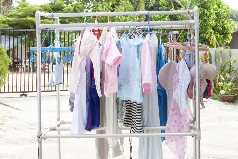 Colgante limpio de la ropa seco en el sol fotografía de archivo
