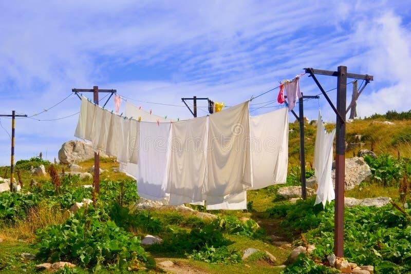 Colgante que se lava en una cuerda para tender la ropa al aire libre fotografía de archivo