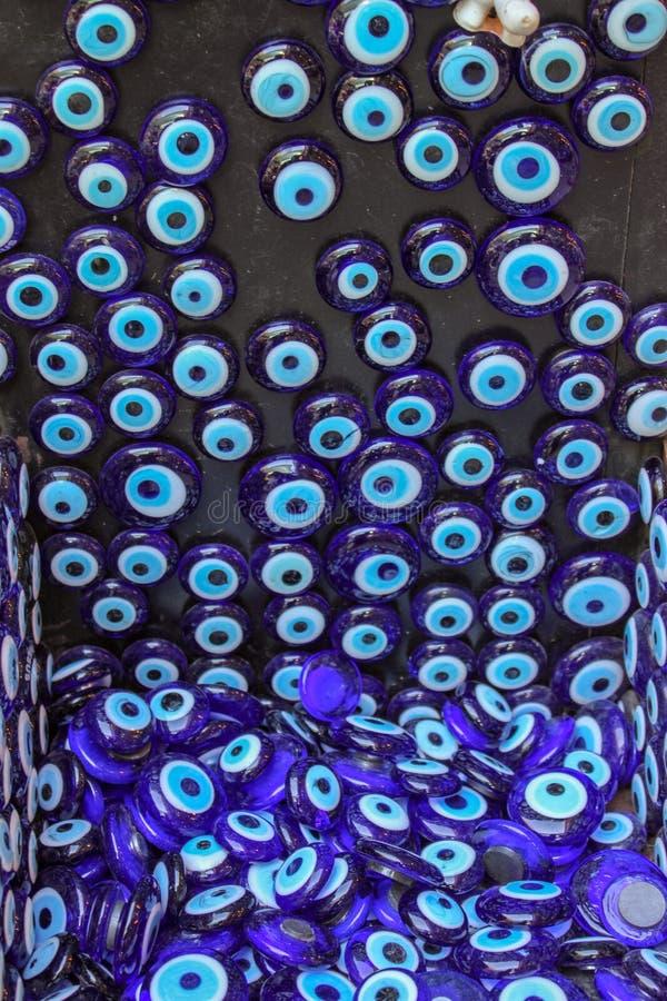 Colgante turco del ojo que cuelga en el vendedor ambulante fotos de archivo