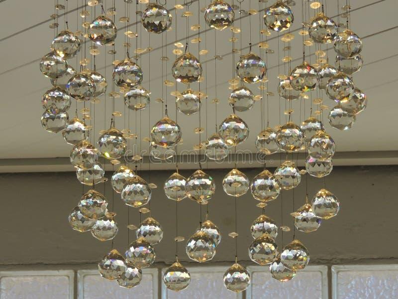 Colgar bolas de cristal es gran diseño interior imagenes de archivo