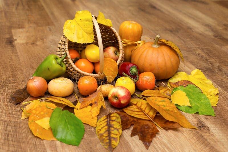 Colheita do outono no fundo de madeira fotografia de stock royalty free