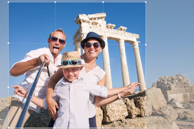Colheita feliz da foto do curso do selfie da família para a parte no ne social foto de stock royalty free