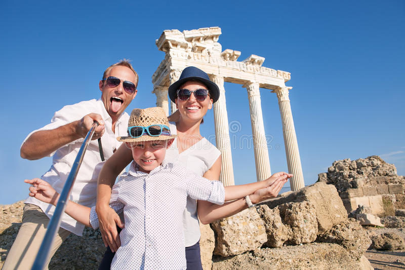 Colheita feliz da foto do curso do selfie da família para a parte no ne social fotografia de stock
