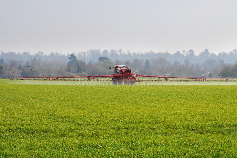 Colheitas de pulverização da máquina agricultural foto de stock royalty free