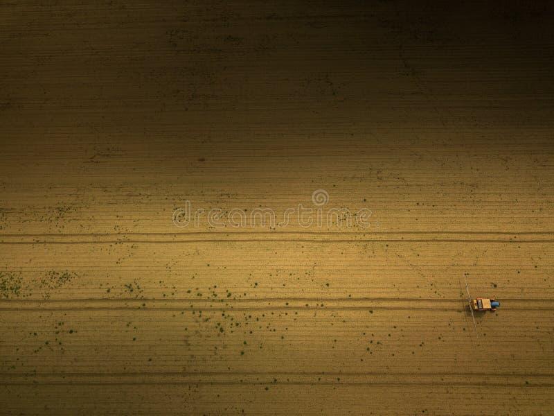 Colheitas de pulveriza??o do trator no campo, vista a?rea fotos de stock