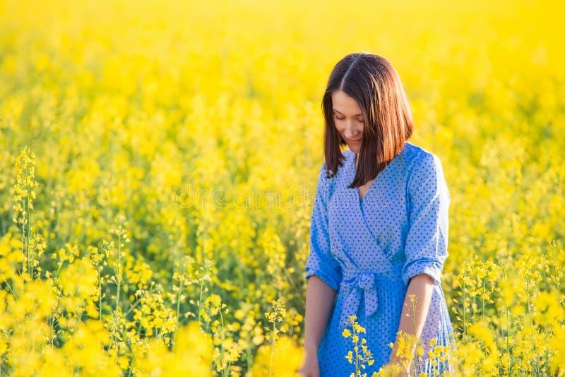 Colhendo o conceito Liberdade Conceito do fim de semana Jovem mulher no yel imagem de stock royalty free