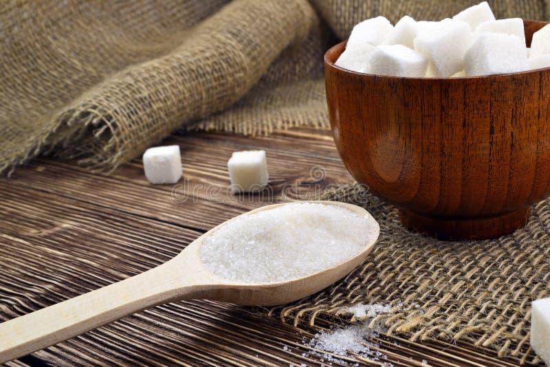 Colher com açúcar na tabela imagens de stock