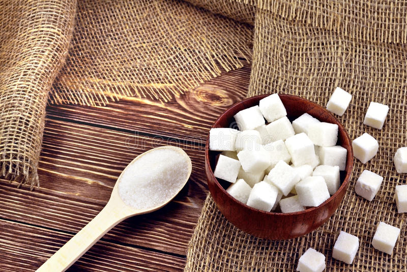 Colher com açúcar na tabela imagens de stock royalty free