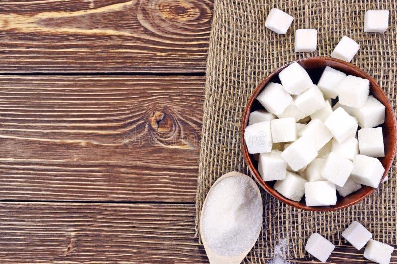 Colher com açúcar na tabela fotografia de stock royalty free