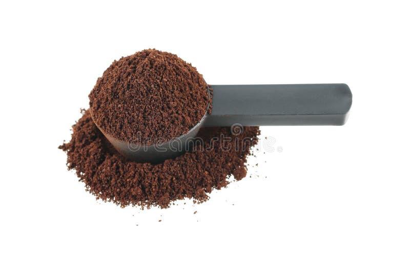 colher de café de medição com o pó do café isolado no branco fotografia de stock