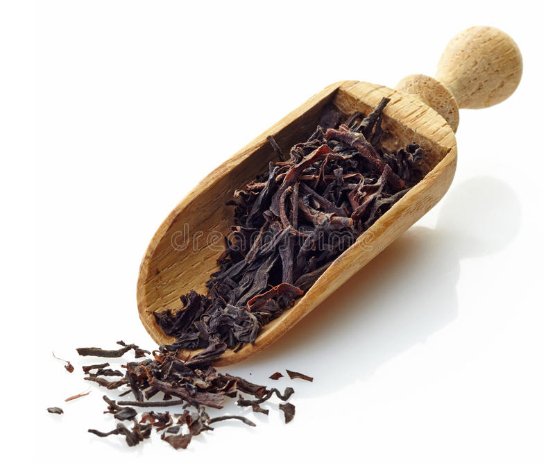 Colher de madeira com chá preto de Ceilão imagem de stock royalty free