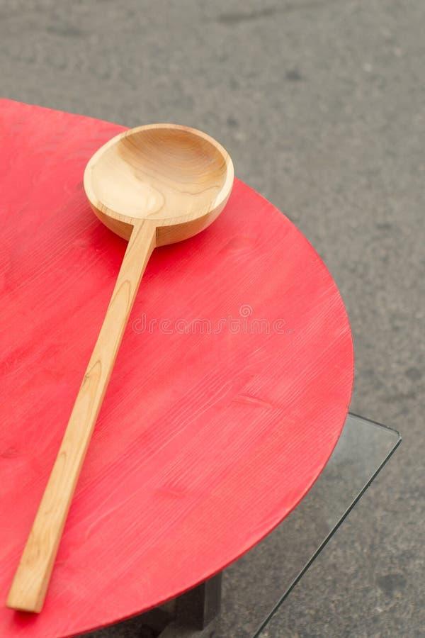 Colher de madeira marrom feito a mão na feira Rússia imagens de stock royalty free