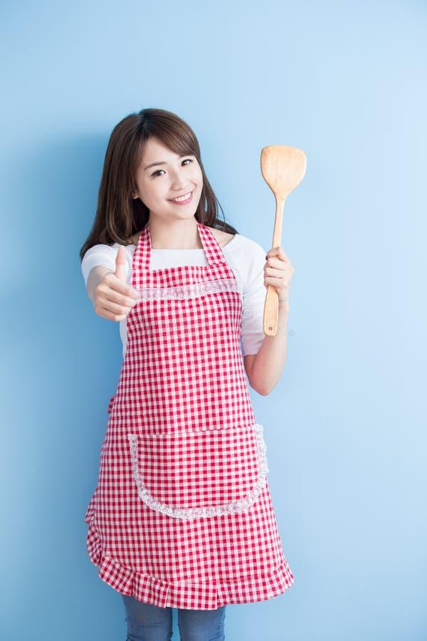 Colher do arroz da tomada da dona de casa da beleza fotos de stock royalty free