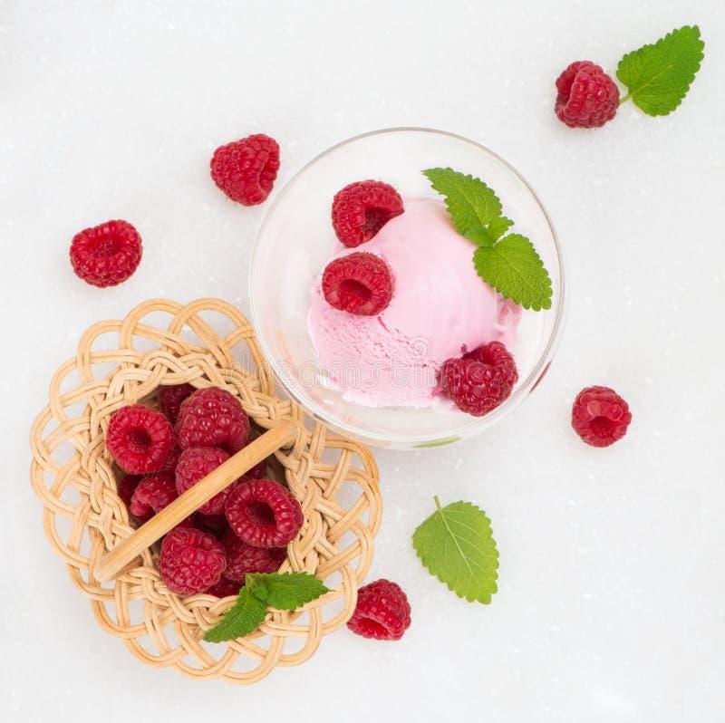Colher do gelado da baga com framboesas frescas imagens de stock