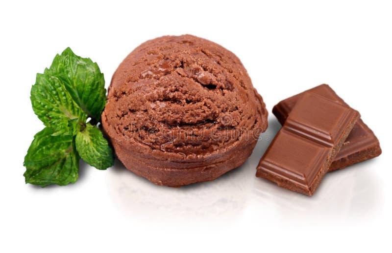 Colher do gelado de chocolate no fundo branco imagem de stock