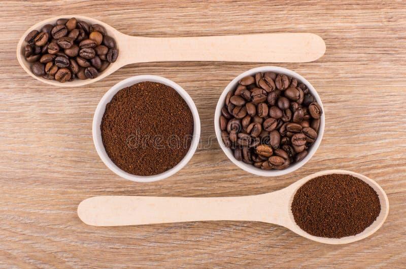 Colher e bacias com café à terra e os feijões de café roasted fotografia de stock
