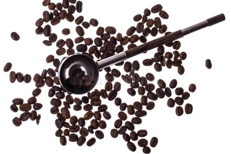 Colher e grãos de café no fundo branco imagens de stock royalty free