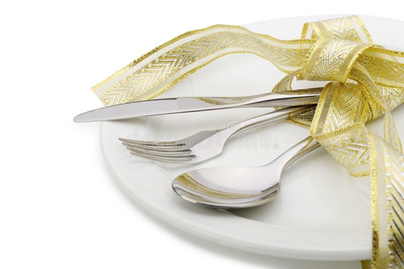 A colher, a forquilha e uma faca amarraram acima a fita comemorativo fotografia de stock royalty free