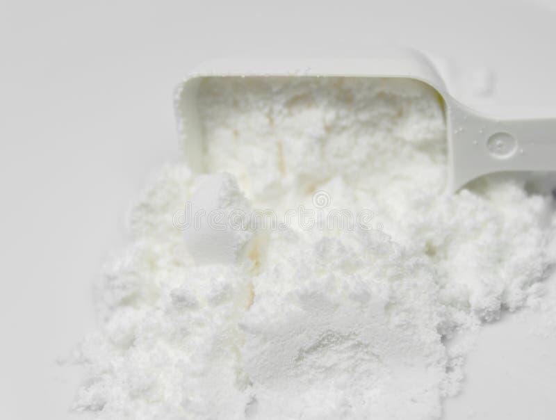 A colher pó da proteína do colagênio branco do amino derramou com colher imagem de stock