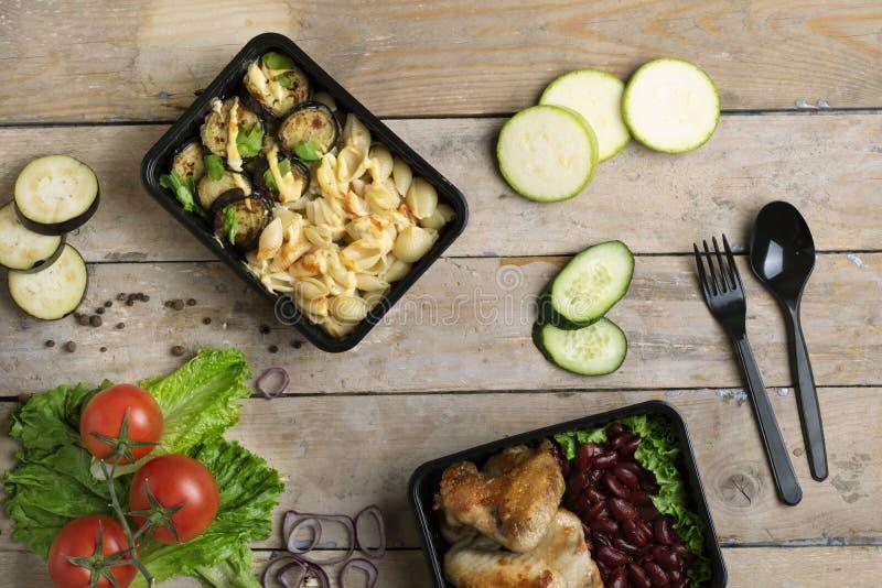 Colher plástica e forquilha para comer o almoço na caixa, recipientes de alimento foto de stock royalty free