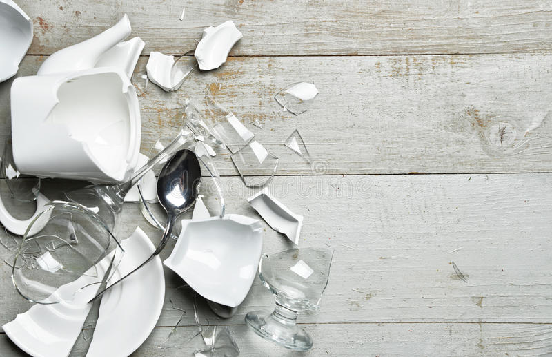 Colher quebrada de vidro do sauser dos copos de chá do vidro de vinho dos pratos com fragme imagem de stock royalty free