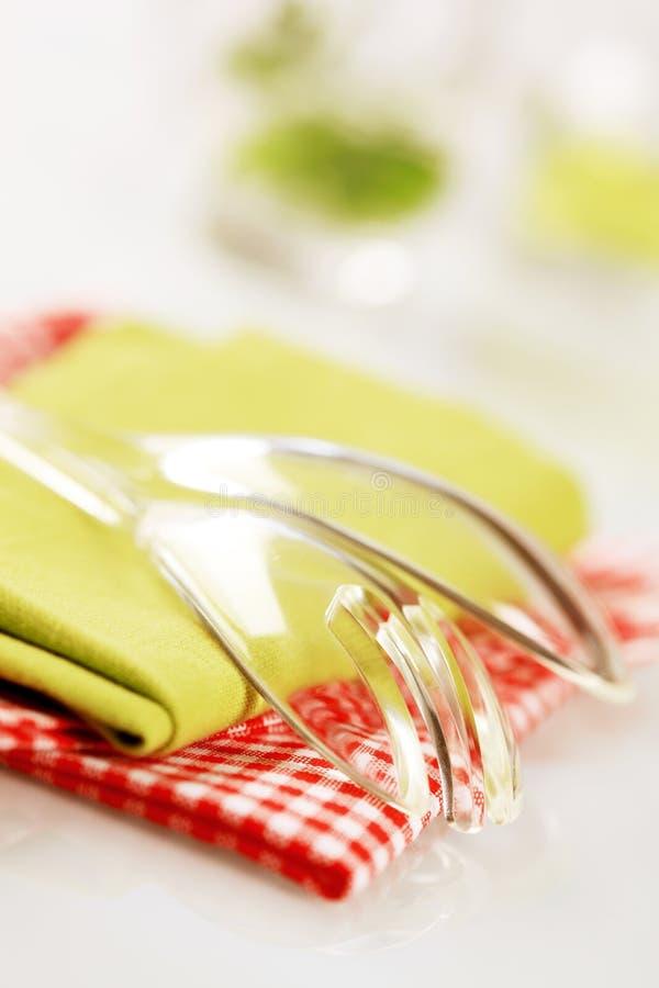 Colheres da salada e toalhas de chá fotografia de stock royalty free